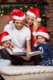 Familia feliz en sitio de la Navidad foto de archivo libre de regalías