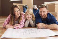 Familia feliz en su nuevo hogar Fotos de archivo libres de regalías