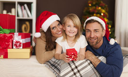 Familia feliz en tiempo de la Navidad fotografía de archivo libre de regalías