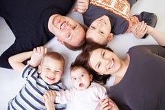 Familia feliz en un círculo Foto de archivo libre de regalías