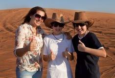Familia feliz en un desierto Fotos de archivo libres de regalías