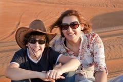 Familia feliz en un desierto Foto de archivo