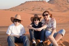 Familia feliz en un desierto Foto de archivo libre de regalías