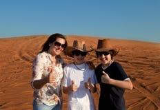 Familia feliz en un desierto Fotos de archivo
