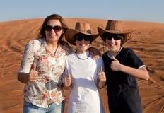 Familia feliz en un desierto Fotografía de archivo