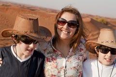 Familia feliz en un desierto Imagenes de archivo