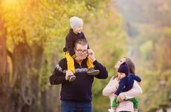Familia feliz en un parque de la ciudad Imagen de archivo