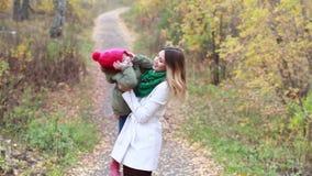 Familia feliz en un paseo en el bosque del otoño almacen de video
