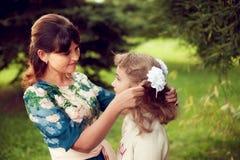 Familia feliz en un paseo en el parque en el aire abierto, la madre y la d Fotos de archivo libres de regalías