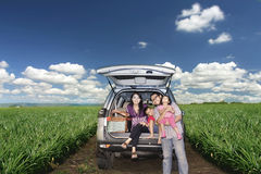 Familia feliz en un viaje por carretera imagen de archivo libre de regalías