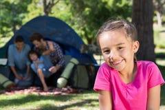 Familia feliz en una acampada Imagen de archivo libre de regalías