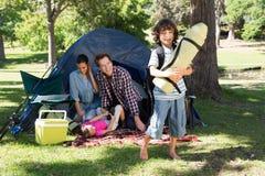 Familia feliz en una acampada Fotos de archivo