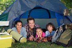 Familia feliz en una acampada en su tienda Imagenes de archivo
