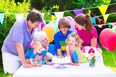 Familia feliz en una fiesta de cumpleaños Imagen de archivo libre de regalías