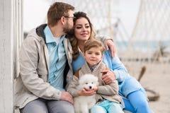 Familia feliz en una playa imagen de archivo libre de regalías