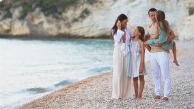 Familia feliz en una playa durante vacaciones de verano almacen de metraje de vídeo