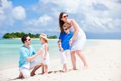 Familia feliz en vacaciones tropicales Imágenes de archivo libres de regalías