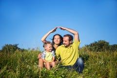 Familia feliz fuera del hogar fotos de archivo libres de regalías