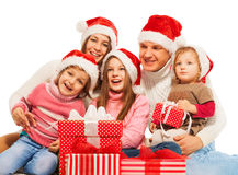 Familia feliz grande con los regalos de Navidad junto fotografía de archivo libre de regalías