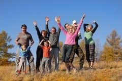 Familia feliz grande en el parque 2 del otoño Imagen de archivo libre de regalías