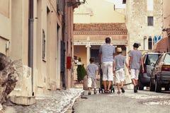Familia feliz grande que camina en ciudad vieja en Italia Fotos de archivo libres de regalías