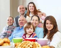 Familia feliz grande que come té Fotos de archivo