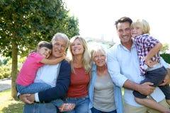 Familia feliz grande que pasa el buen tiempo junto Foto de archivo libre de regalías