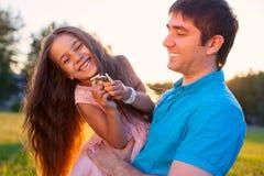 Familia feliz hermosa al aire libre durante daugh del papá del padre de la puesta del sol Imagen de archivo
