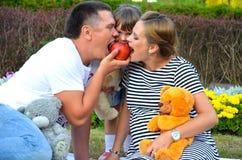 Familia feliz joven al aire libre Fotografía de archivo
