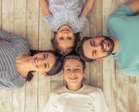 Familia feliz junto imagenes de archivo