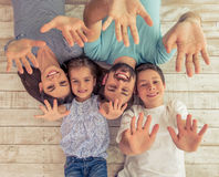Familia feliz junto foto de archivo