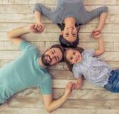 Familia feliz junto fotos de archivo libres de regalías