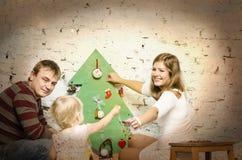 Familia feliz junto el vacaciones de invierno Fotografía de archivo