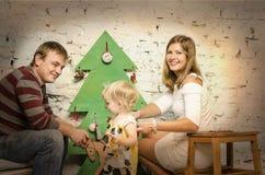 Familia feliz junto el vacaciones de invierno Fotos de archivo