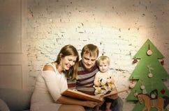 Familia feliz junto el vacaciones de invierno Foto de archivo libre de regalías