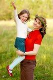 Familia feliz junto en parque Foto de archivo libre de regalías