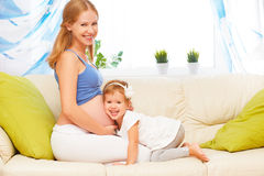 Familia feliz La hija embarazada de la madre y del bebé que se divierte se relaja foto de archivo