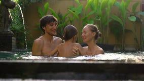 Familia feliz - la madre y el hijo del padre se divierten en su piscina almacen de video