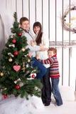 Familia feliz. La Navidad, Año Nuevo, concepto del día de fiesta. Foto de archivo libre de regalías