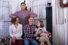 Familia feliz - los adolescentes del papá, de la mamá y de los niños se están divirtiendo fotos de archivo libres de regalías