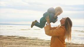 Familia feliz Madre hermosa joven que celebra a su pequeña hija almacen de metraje de vídeo