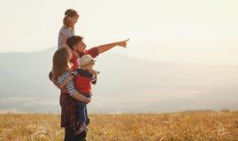 Familia feliz: madre, padre, niños hijo e hija en sunse Foto de archivo