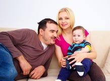 Familia feliz, maternidad y concepto de los niños - madre feliz que abraza al bebé adorable Fotografía de archivo