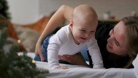 Familia feliz mime a jugar con su bebé en el dormitorio almacen de video