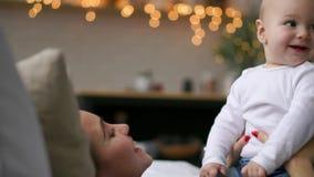 Familia feliz mime a jugar con su bebé en el dormitorio Risa y sonrisa metrajes