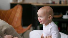 Familia feliz mime a jugar con su bebé en el dormitorio Risa y sonrisa almacen de video