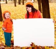 Familia feliz, niño en la hoja anaranjada del otoño, bandera Foto de archivo libre de regalías