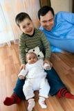 Familia feliz - padre, hermana, hermano Imagen de archivo