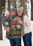 Familia feliz, pareja de los jóvenes y su gasto del hijo imagenes de archivo