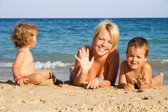 Familia feliz por el mar Imagenes de archivo